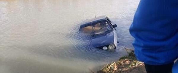 العثور على جثتي شخصين داخل سيارة غارقة بقناة للري (صورة)