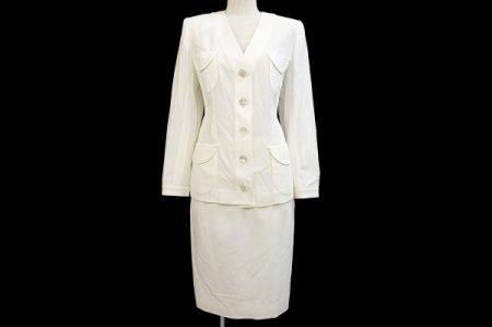 清楚でエレガントな印象のイヴサンローランの白スーツを買取いたしました