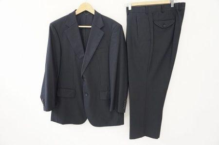 シンプルなブラックスーツでも高級感と上品さ、スタイリッシュさが滲み出るバーバリーのスーツを買取いたしました