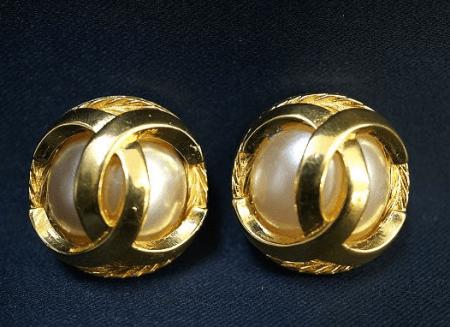 ゴールドのサークルでフェイクパールを包み込んだ柔和な雰囲気を纏うシャネル CHANELのイヤリングを買取させて頂きました。