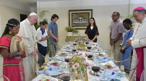 El Papa Francisco y los jóvenes con los que almorzó en Panamá. Foto: Vatican Media