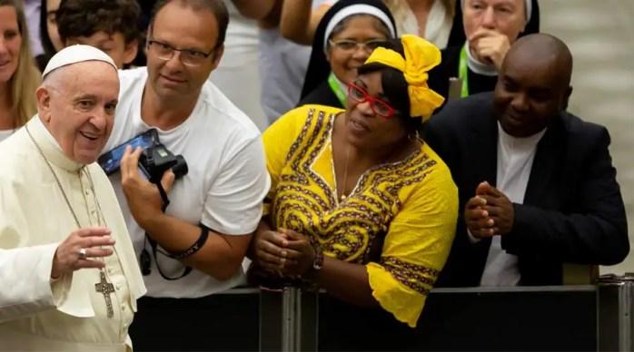 El Papa saluda a los fieles al comienzo de la Audiencia. Foto: Daniel Ibáñez / ACI Prensa