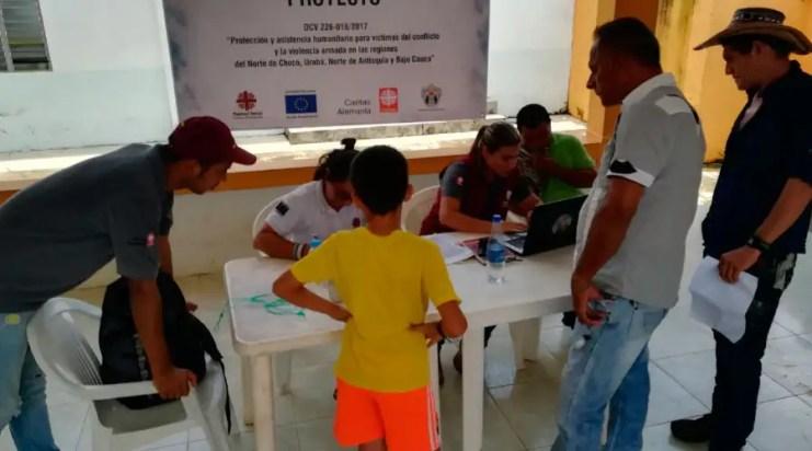 Cáritas colombiana atendiendo a los desplazados / Foto: CEC