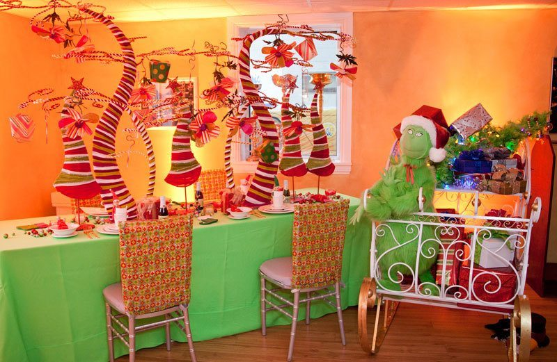 A Christmas Table Setting Even The Grinch Will Love A Classic Party Rental