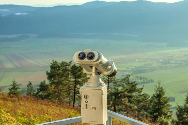 telescope-observation-pont-observation-montagne-slivnica-surplombant-vallee_181624-25659
