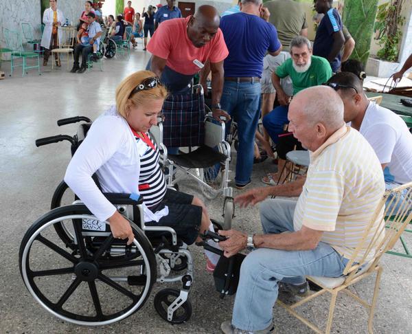 Especialistas norteamericanos y cubanos, durante la entrega de sillas de ruedas a pacientes discapacitados físico-motores, donadas por una iglesia norteamericana, en Camagüey, el 3 de abril de 2017. ACN FOTO/ Rodolfo BLANCO CUÉ