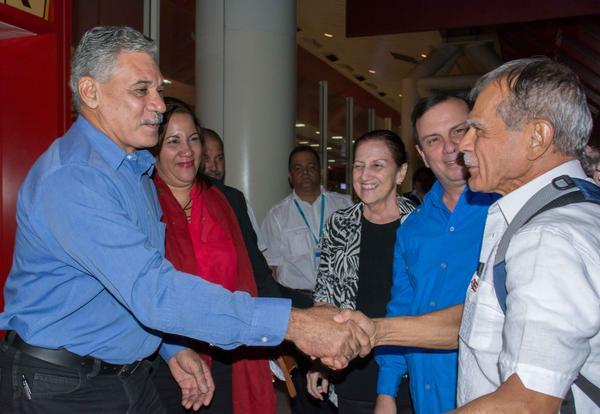 Edwin González (I), delegado de la misión puertorriqueña en Cuba, recibe al luchador independentista puertorriqueño Oscar López Rivera, en el aeropuerto internacional José Martí, en La Habana.