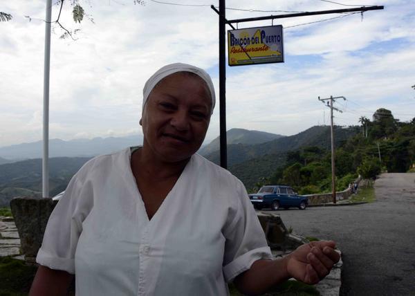 Xiomara Pérez trabajadora con más de 33 años en el restaurante del Puerto de Boniato, recuerda que nunca pensó que Fidel entrara a su centro de trabajo, donde se interesó por los campesinos de la zona y como marchaba el proceso de las elecciones en el colegio electoral. ACN FOTO/Miguel RUBIERA JÚSTIZ