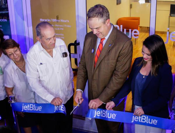 Robín Ayes (segundo, der.), presidente ejecutivo de la línea aérea JETBLUE, durante el corte de la cinta en la inauguración de la oficina comercial de esa entidad en La Habana, Cuba, el 01 de septiembre de 2017. ACN FOTO/ Abel PADRÓN PADILLA