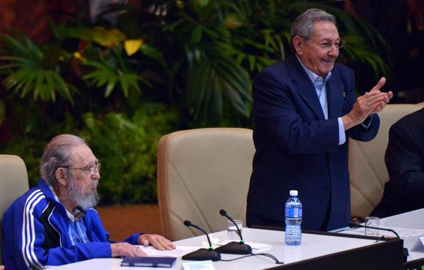 El líder de la Revolución cubana, Fidel Castro Ruz (I), y el General de Ejército Raúl Castro Ruz, Primer Secretario del Comité Central del Partido Comunista de Cuba (PCC), asisten a la sesión final del 7mo. Congreso de la organización partidista, en el Palacio de las Convenciones, en La Habana, el 19 de abril de 2016. ACN FOTO/Omara GARCÍA MEDEROS