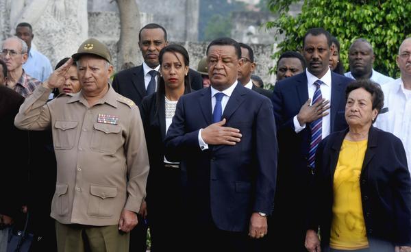 El presidente de la República Federal Democrática de Etiopía, Mulatu Teshome Wirtu (C), acompañado del General de Cuerpo de Ejército Leopoldo Cintra Frías (I), ministro cubano de las Fuerzas Armadas Revolucionarias (FAR) y la Generala de División Delsa Esther Puebla Viltres (D), en la ceremonia de homenaje a combatientes caídos en misiones internacionalistas, en la Necrópolis de Colón, en La Habana, Cuba, el 9 de enero de 2018. ACN FOTO/Oriol de la Cruz ATENCIO