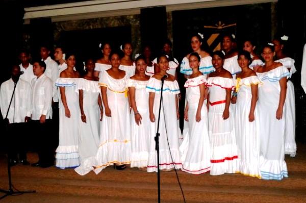 academia-canto-mariana-homenaje-vilma1.JPG