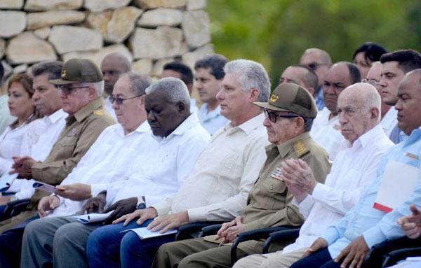 .- El General de Ejército Raúl Castro Ruz (centro der.), Primer Secretario del Comité Central del Partido Comunista de Cuba (CC PCC), Miguel Díaz-Canel Bermúdez (C), Presidente de los Consejos de Estado y de Ministros, y Esteban Lazo Hernández (centro izq.), Presidente de la Asamblea Nacional del Poder Popular (ANPP), durante el acto por el Aniversario150 del inicio de las Luchas Independentistas, en el Monumento Nacional La Demajagua, en Manzanillo, provincia Granma, el 10 de octubre de 2018.      ACN  FOTO/ Ariel LEY ROYERO