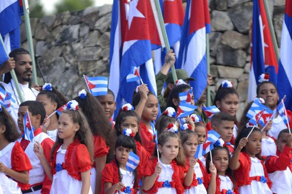 Pioneros abanderados, en el acto por el Aniversario150 del inicio de las Luchas Independentistas, en el Monumento Nacional La Demajagua, en Manzanillo, provincia Granma, el 10 de octubre de 2018.      ACN  FOTO/ Ariel LEY ROYERO/