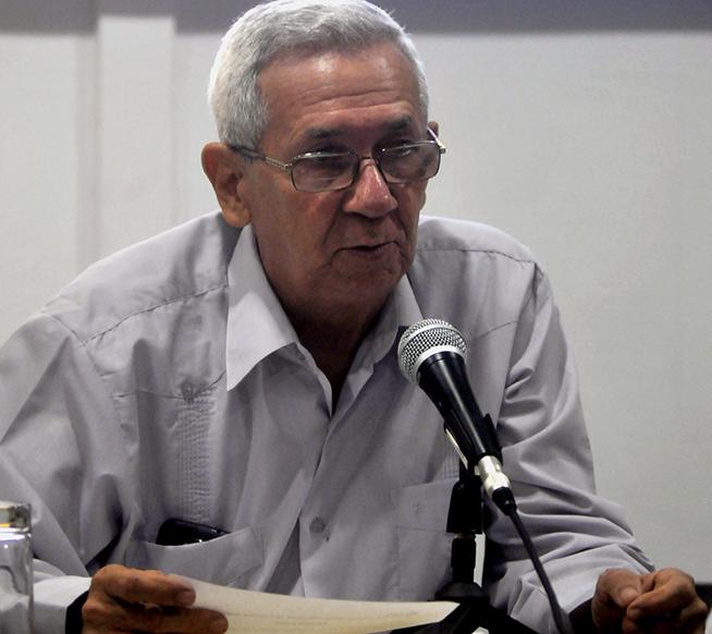 El Dr. Adalberto Ronda Varona, director del Centro de Investigaciones de Política Internacional (CIPI), presenta la Declaración de Condena al Bloqueo Económico, Comercial y Financiero contra Cuba, durante la sesión de clausura de la IV Conferencia de Estudios Estratégicos, realizada en la sede del CIPI, en La Habana, Cuba, el 26 de octubre de 2018.
