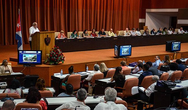 Intervención de Orlando Hernández Guillén (I), presidente de la Cámara de Comercio de Cuba, durante su Asamblea de Afiliados, en el Palacio de las Convenciones, en La Habana, el 18 de abril de 2019.