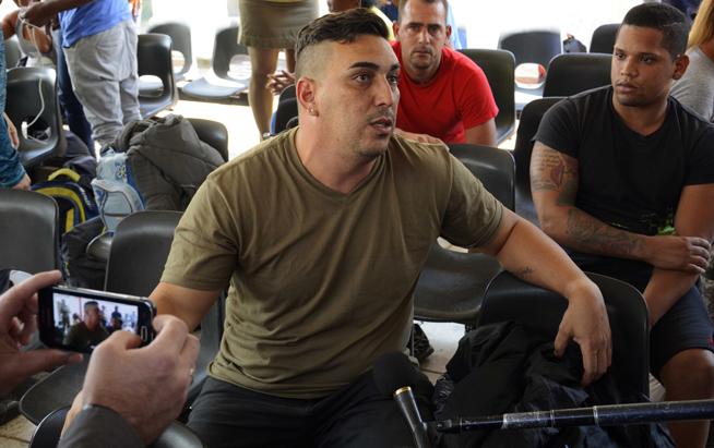Henri Gustavo Antes, repatriado cubano proveniente de México, ofrece declaraciones a la prensa, en el Aeropuerto Internacional José Martí, en La Habana, el 27 de marzo de 2019.