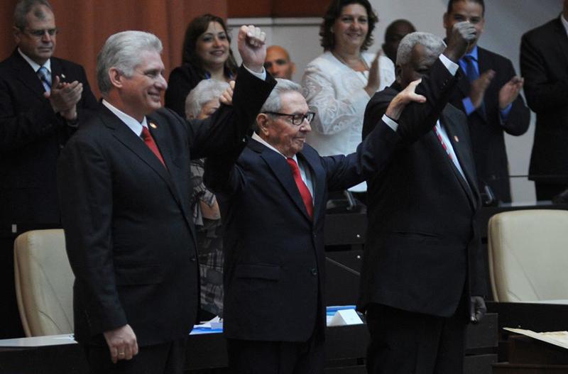 Miguel Díaz-Canel (I), Presidente de los Consejos de Estado y de Ministros, el General de Ejército Raúl Castro Ruz (C), primer secretario del Partido Comunista de Cuba, y Esteban Lazo Hernández (D), Presidente de la Asamblea Nacional del Poder Popular (ANPP), durante sesión extraordinaria de la Asamblea Nacional del Poder Popular (ANPP), donde fue proclamada la nueva Carta Magna de la República de Cuba, en el Palacio de Convenciones de La Habana, el 10 de abril de 2019.