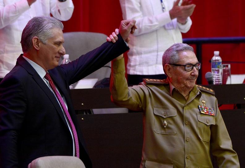 Miguel Díaz-Canel Bermúdez (I), Presidente de la República, junto al General de Ejército Raúl Castro Ruz (D), tras su elección como Primer Secretario del Comité Central del Partido Comunista de Cuba (CC PCC), durante la Sesión de Clausura del VIII Congreso del PCC, en el Palacio de Convenciones, en La Habana, el 19 de abril de 2021. ACN FOTO/ Ariel LEY ROYERO/