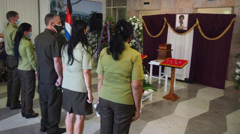 Ofrendas florales del General de Ejército Raúl Castro Ruz y de Miguel Díaz-Canel, Primer Secretario del Comité Central del Partido Comunista de Cuba (PCC) y Presidente de la República, encabezan hoy, en esta capital, las honras fúnebres de la periodista y escritora Marta Rojas.