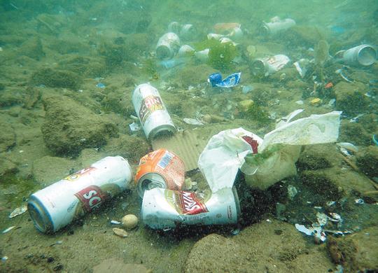 poluindo o mar