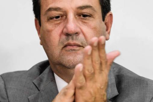 Bolsonaro ameaça, mas desiste de demitir Mandetta nesta segunda-feira, diz Veja
