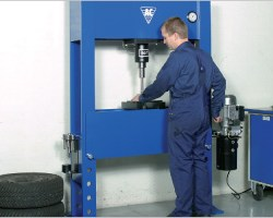 40 Tonne Hand hydraulic press with built in winch