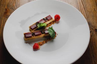 Terrina di fegatini, composta di frutti rossi e grué di cacao (Riccardo Vivarelli)
