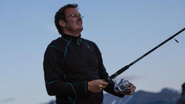 Simon hält zum ersten Mal seine neue Angelrute ins Wasser...