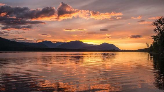 Nach langem Regen: idyllischer Sonnenuntergang am Kitwancool Lake.