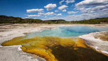 Die Bakterien färben die Geysire von Blau bis Orang-Gelb – je nach Temperatur.