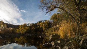 Flusslauf in den Bergen Kaliforniens.