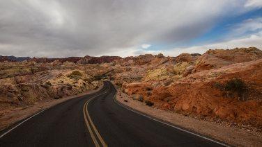 Die Fahrt in das Valley of Fire wird mit jedem Meter imposanter. Ein Muss!