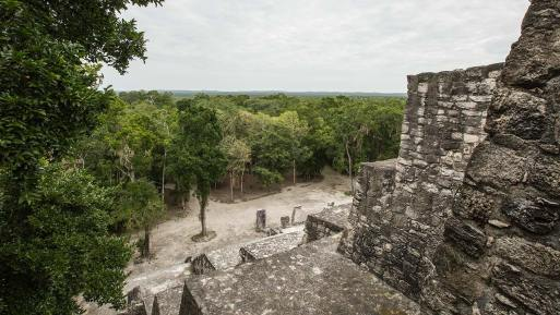 Die Mayas wohnten auf den Plateaus der Pyramiden.