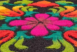 Heute wird oftmals farbiges Sägemehl anstelle von Blumen eingesetzt.