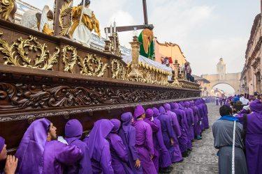 Die Prozession dauert viele Stunden, wobei sich die Träger abwechseln.