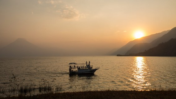 Nach 10 Stunden Fahrt werden wir am Lago Atitlan mit diesem Sonnenuntergang belohnt.