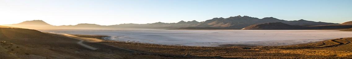 Eiskalter Sonnenaufgang über der Laguna Salinas. Das Weisse ist Salz, könnte aber auch Eis sein.