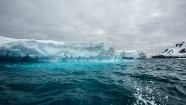 Blau, Blau, Blau schwimmt der Eisberg.