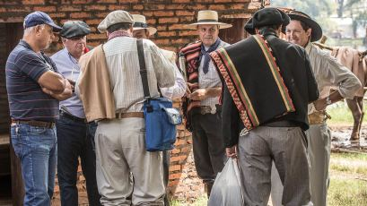 Die meisten Besucher sind traditionell und elegant gekleidet.