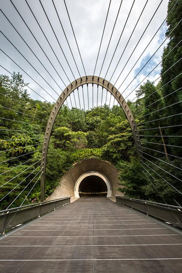 ... gefolgt von einer stilvollen Hängebrücke. Hier ist der Weg das Ziel.