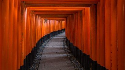 Im Süden von Kyoto befindet sich dieser spezielle Schrein. Der Weg auf den Berg ist mit tausenden Schrein-Toren gesäumt.