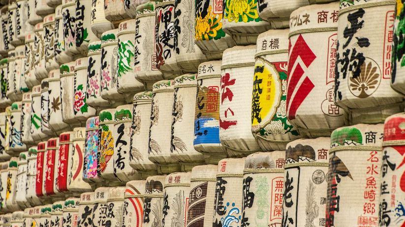 Traditionelle Sake-Fässer vor dem Tempel.