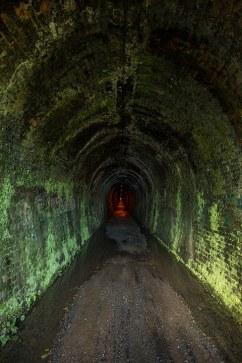 Ein alter Eisenbahntunnel wird zum Wanderweg.