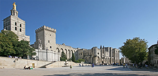 Avignon_Palais_des_Papes_depuis_la_place_devant_le_petit_Palais_by_JM_Rosier