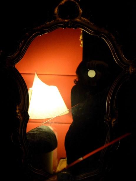 Riflessi e ombre di me_interno di un locale a Roma_2014