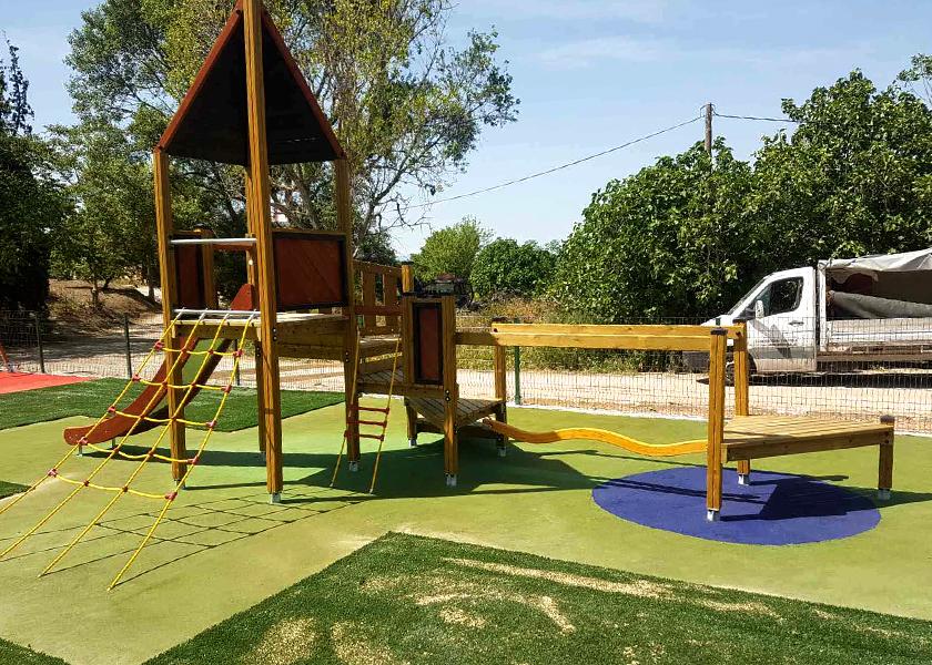 Εξοπλισμός παιδικής χαράς και δάπεδα ασφαλείας στον Δήμο Θηβαίων