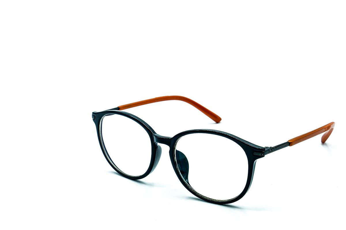 Dit is een afbeelding van een bril in kleur voor De Brilstore uit Voorhout. Deze optiekwinkel met gecertificeerde optometristen is een nieuw concept uit de koker van Clair Optiek uit Sassenheim. Dit concept is ontwikkeld, gemaakt en vormgegeven door Activates merkversterkend reclamebureau uit Sassenheim.