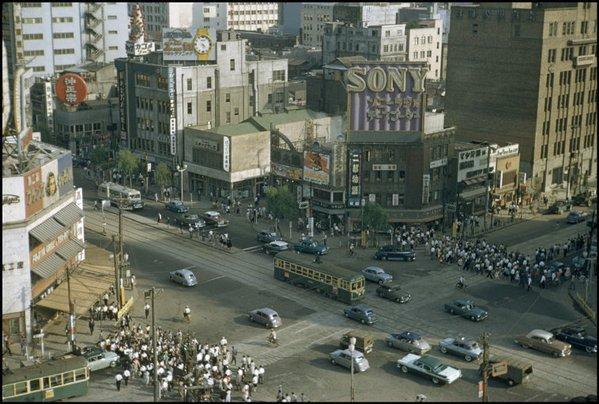 tokyo-en-1958-avec-ces-cliches-dun-photographe-francais-dozodomo-httpst-co2qyidtrnbe-httpst-coow0zaec0lu