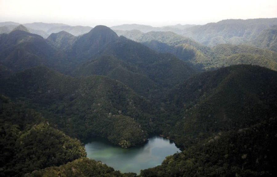 En esta zona podemos encontrar cadenas de montañas aisladas entre sí, que vigilan la planicie amazónica y albergan endemismos y tesoros naturales aún por ser descubiertos. Tal es el caso de esta laguna, fotografiada por primera vez durante el sobrevuelo realizado con el apoyo de ProNaturaleza -quien viene ejecutando un proyecto en la zona- y en coordinación con la Jefatura de la Zona Reservada.